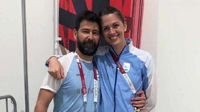 Atlet anggar putri Argentina Maria Belen Perez Maurice menerima lamaran dari pelatihnya Lucas Saucedo di Olimpiade Tokyo 2020.