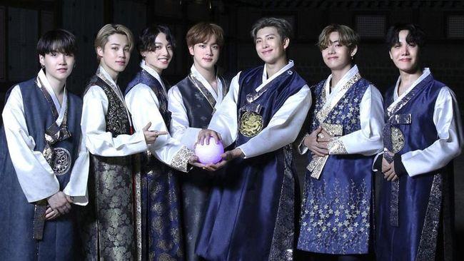 Walau sudah mendunia, namun BTS tetap ingat dengan budaya Korea Selatan. Mengenakan hanbok atau syuting di hanok menjadi pilihan mereka.