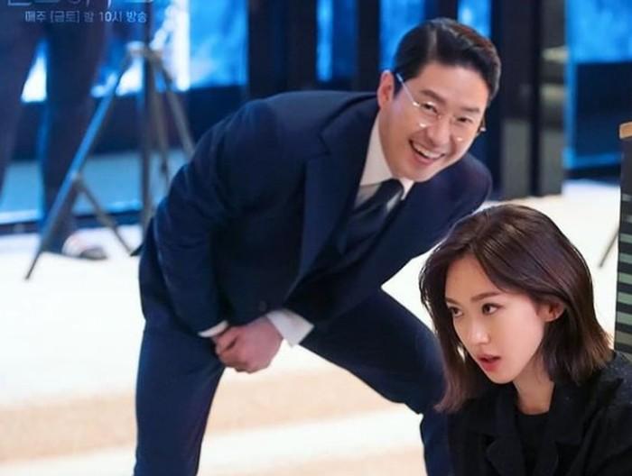 Dikenal sebagai vilain dalam drama, ternyata Joo Dan Tae punya sisi hangat dan hobi bercanda. Bahkan sifat jahilnya muncul ketika anaknya, Seok Kyung, sedang menghafal naskah.(Foto: Instagram.com/hanjiji54)