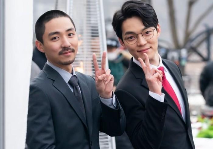 Dua sekertaris pribadi ini terkenal sangat setia dengan atasannya masing-masing. Hayo siapa yang suka salah fokus kalau sudah muncul scene kedua pria manis ini?(Foto: Instagram.com/hanjiji54)