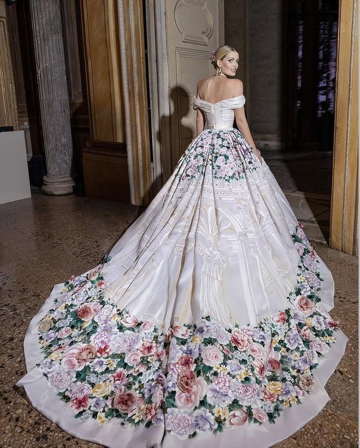 Gaun Alta Moda Dolce & Gabbana lainnya yang dikenakan merupakan desain off shoulder silk gown. Gaun tersebut semakin memukau dengan train panjang dihiasi lukisan tangan bunga dan taburan berlian.(Foto: instagram.com/kitty.spencer)