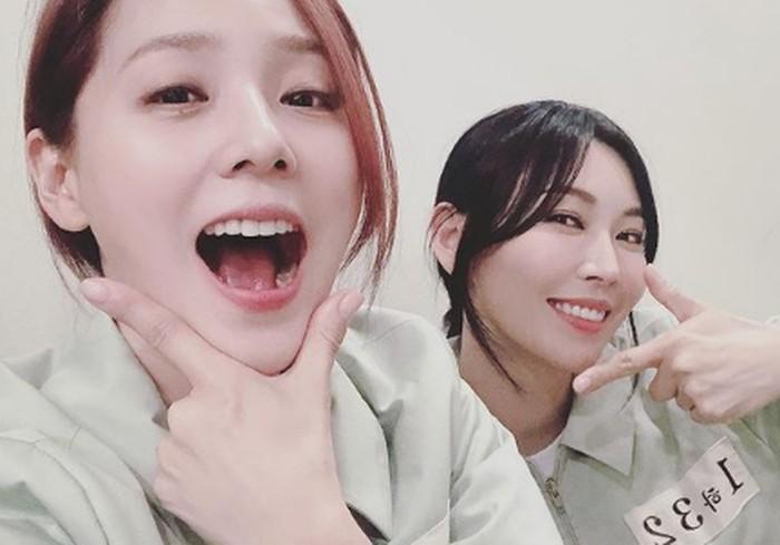 Jadi musuh bebuyutan sejak remaja, Oh Yunhee dan Cheon Seojin tampak akrab di balik layar. Mereka hobi mengambil selfie gemas di tengah-tengah proses syuting.(Foto: Instagram.com/hanjiji54)