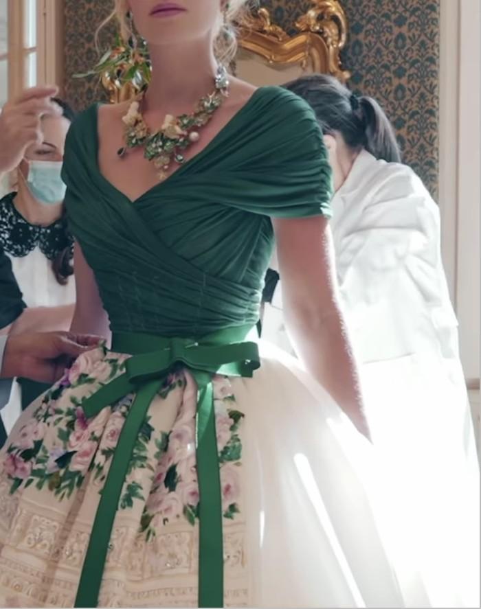 Kitty berbalut gaun putih hijau dengan detil bunga dan pita yang mempercantik penampilannya. Dolce & Gabbana juga merupakan rumah mode di mana Kitty debut sebagai model catwalk pada tahun 2017 lalu.(Foto: instagram.com/kitty.spencer)
