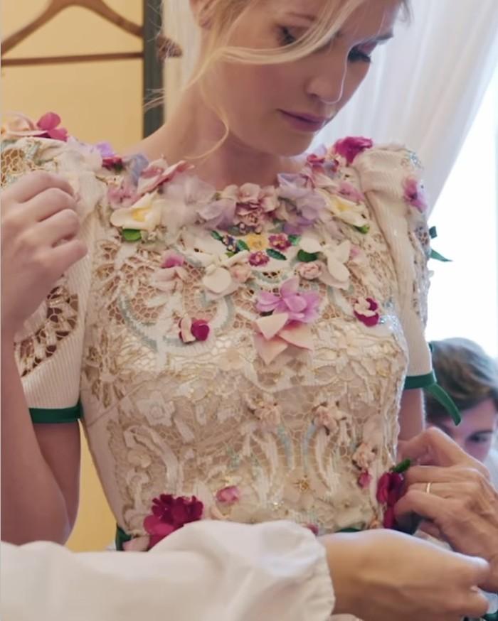 Memesan lima gaun berbeda, Kitty Spencer yang merupakan keponakan dari Putri Diana ini tampak cantik di setiap fitting bajunya. Gaun-gaun tersebut dibuat oleh duo perancang busana Domenico dan Stefano.(Foto: instagram.com/kitty.spencer)