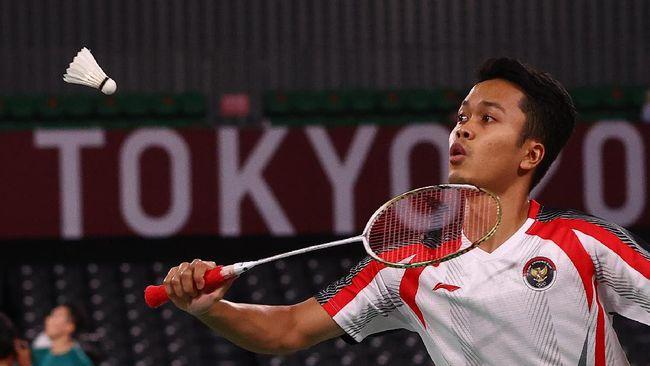 Anthony Sinisuka Ginting mewaspadai Anders Antonsen saat keduanya bertemu di perempat final badminton Olimpiade Tokyo 2020.