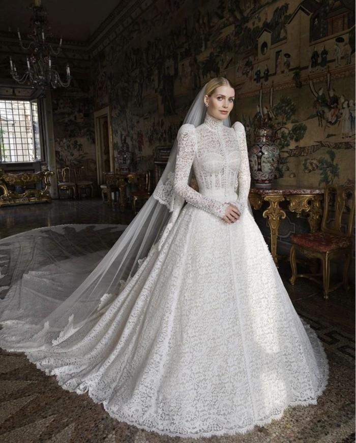 Perempuan berusia 30 tahun, Kitty Spencer, menggandeng rumah mode Dolce & Gabbana untuk membuat gaun eksklusif di hari spesialnya. Kitty tampak mengenakan gaun lace putih dengan train panjang yang fantastis. (Foto: instagram.com/kitty.spencer)