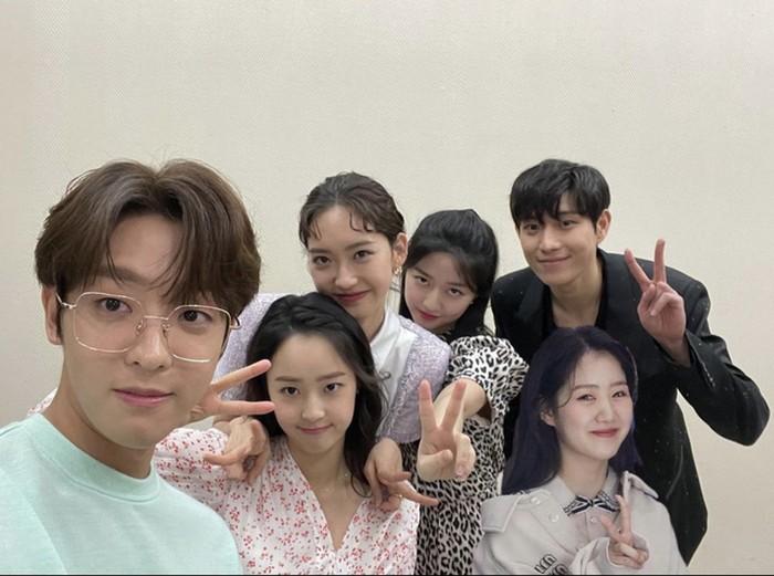Waktunya anak-anak geng Hera Palace hangout bareng, nih! Lucunya, Ha Eun Byeol sampai mengedit foto Yoo Jeni yang sedang absen agar mereka tampil full member.(Foto: Instagram.com/hanjiji54)