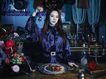 Song Ji Hyo tampil seperti ratu dengan mahkota saat promo dramanya. Dress putih dengan potongan ballon sleeve lengkap dengan korset akan mengingatkanmu dengan gaya era Victoria. /Foto: instagram.com/ amazingsat_official