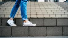Cara Memutihkan Sepatu yang Menguning Berdasarkan Bahan