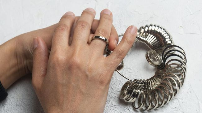 Setiap perempuan memiliki ukuran cincinnya masing-masing. Bagaimana cara mengetahui ukuran cincin perempuan?