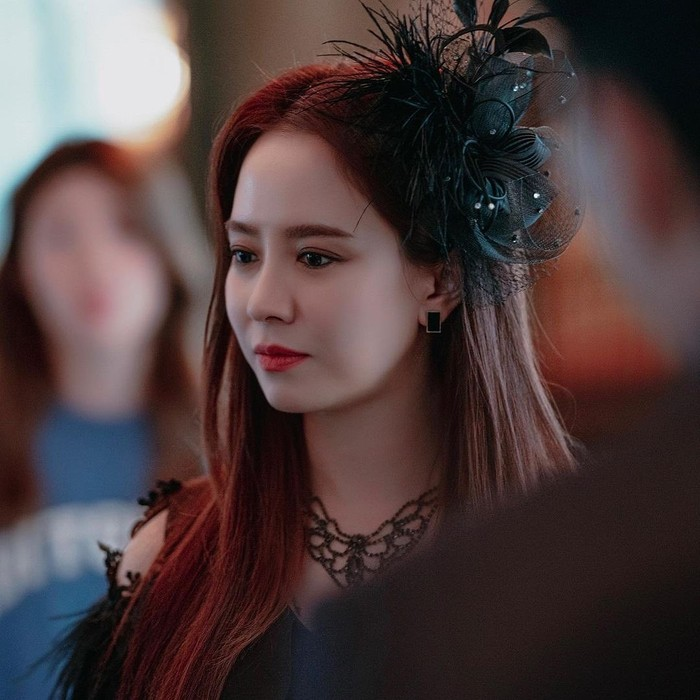 Penyihir satu ini juga suka menambahkan statement unik pada rambutnya. Wow, Song Ji Hyo semakin terlihat cantik dan mewah ya? Gayanya akan mengingatkanmu pada film Bridgerton yang selalu mengenakan aksesori di kepala. /Foto: instagram.com/tving.official