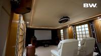 <p>Untuk hiburan keluarga, rumah dave juga memiliki bioskop pribadi yang super nyaman, Bunda. (Foto: YouTube: Boy William)</p>