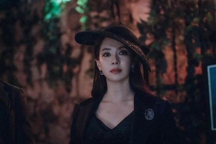 Tampilan serba hitam, riasan smokey eyes dan topi bergaya vintage membuat tampilan Song Ji Hyo seperti putri kerjaan Inggris, namun misterius. Kamu yang suka gaya vintage nan elegan, bisa contek gayanya nih, Beauties. /Foto: instagram.com/tving.official