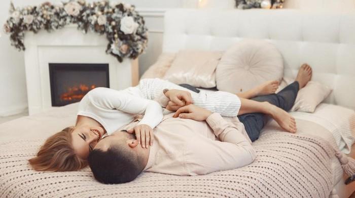 5 Manfaat Berpelukan Setelah Berhubungan Seks yang Bikin Makin Sayang