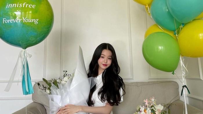 Jang Won Young baru saja ditunjuk sebagai Brand Ambassador Innisfree yang baru. Mantan personil Iz*Oneini ternyata masih berusia 16 tahun lho. Masih muda banget ya, Beauties! /Foto: Instagram/for_everyoung10
