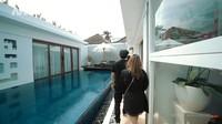 <p>Rumah Maharani dan Ajik Gede dirancang memiliki kolam renang yang terletak di bagian tengah. Model infinity pool itu membuat suasana rumah terlihat semakin modern. (Foto: YouTube AH)</p>