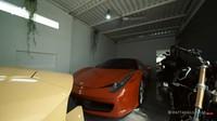 <p>Ajik Gede juga memiliki showroom di bagian garasi. Showroom tersebut diisi oleh berbagai mobil mewah mulai dari Jeep hingga Ferrari. Ada juga koleksi motor mahal, Bunda. (Foto: YouTube AH)</p>