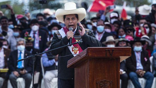 Pedro Castillo menjadi presiden terpilih Peru usai menang putaran kedua pemilihan umum 6 Juni lalu, memantapkan langkah sang anak petani di panggung politik.