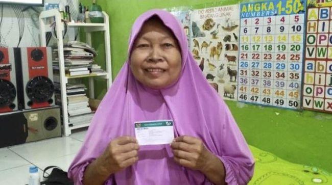 Kasiyem, warga Cikarang berusia 56 tahun, beberkal kartu JKN-KIS mendapatkan pengobatan pengapuran tulang.
