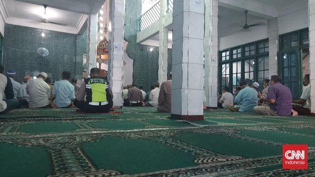 Sebuah masjid di bilangan Lenteng Agung, Jaksel, tetap menggelar Salat Jumat meski wilayahnya menerapkan PPKM Level 4.