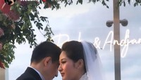 <p>Ricky Soebagdja menikah di salah satu hotel bintang lima di kawasan Jakarta Selatan pada Jumat, 2 Februari 2021. Sang istri terlihat anggun dalam balutan gaun pengantin dan tudung warna putih. (Foto: Instagram @cica_andjani)</p>