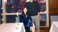 <p>Ricky Soebagdja juga kerap memanjakan sang istri dengan mengajaknya melakukan<em>dinner</em>di restoran mewah, Bunda. Romantis ya? (Foto: Instagram @rickysoebagdja)</p>