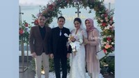 <p>Ricky Soebagdja dan Khairunissa Andjani tak bisa menyembunyikan kebahagiaan mereka pada hari itu. Meski digelar sederhana, pernikahan mereka begitu bermakna. (Foto: Instagram @cica_andjani)</p>