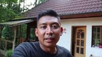 <p>Kesa, pria berdarah Sunda belum lama ini menunjukkan rumahnya yang berada di pedesaan di tengah hutan. (Foto: YouTube Kesa Lisa)</p>