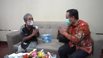 Cerita Kakek Viral Kayuh Sepeda 4 Km Demi Vaksin di Makassar