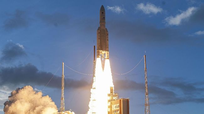 Eutelsat Quantum, satelit komunikasi komersial pertama dunia yang bisa diprogram ulang sepenuhnya lepas landas dari Guyana Prancis pada Jumat (30/7).
