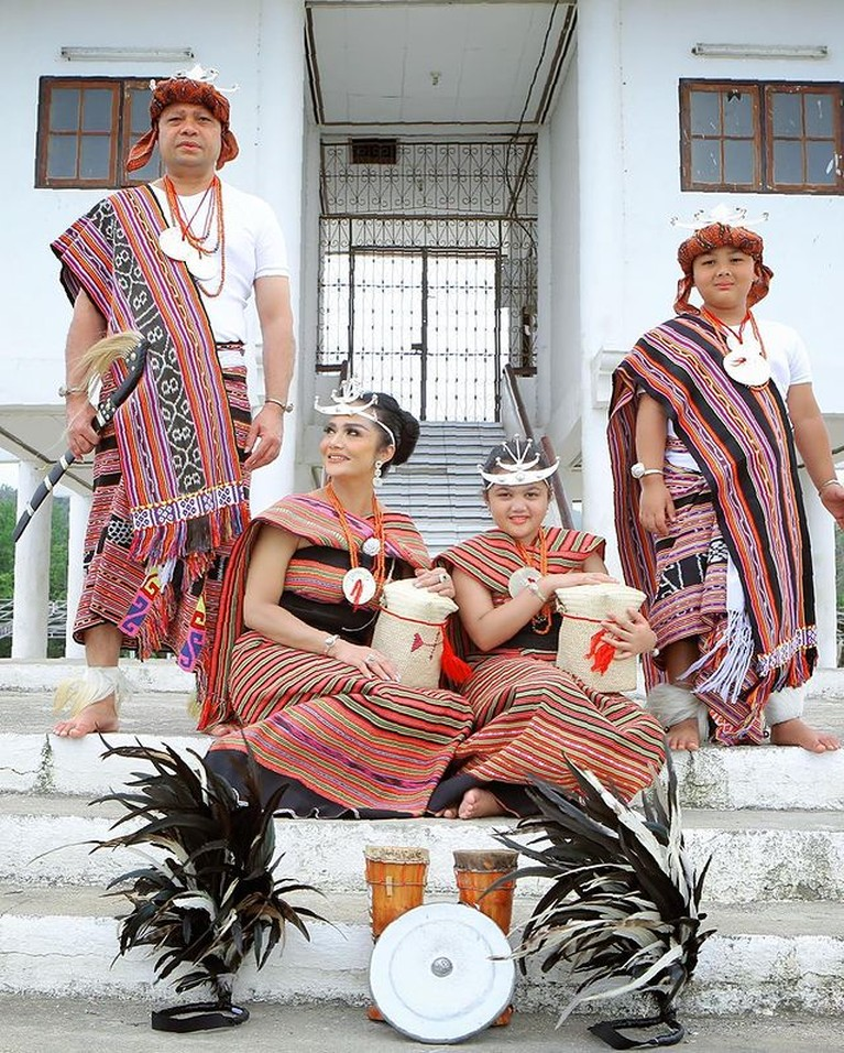 Keluarga Krisdayanti dan Raul Lemos serta anak-anak mereka Amora dan Kellen berfoto pakai baju tradisional Timor Leste. Yuk intip!