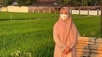 <p>Chacha membagikan momen saat menikmatisore di pinggir sawah. Ia mengaku bersyukur bisa mempuyai waktu merasakan keindahan jelang matahari terbenam di Kendal, Jawa Tengah.(Foto: instagram.com/chafrederica)</p>