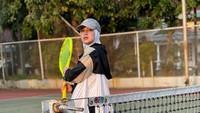 <p>Dalam unggahan terbarunya, Chacha membagikan momen saat berolahraga tenis. Sebelumnya, ibu anak satu ini sering memperlihatkan keseruannya menunggang kuda di Kendal. (Foto: instagram.com/chafrederica)</p>