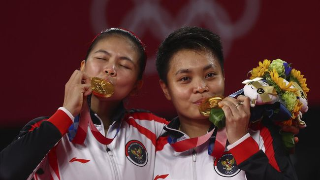 Greysia Polii/Apriyani Rahayu berhasil merebut medali emas Olimpiade Tokyo 2020. Berikut deretan prestasi terbaik Greysia/Apriyani.