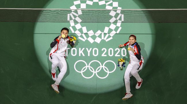 Politikus dan pejabat ramai-ramai mengucapkan selamat pada Greysia/Apriyani yang meraih emas Olimpiade. Pengamat menyebut ada motif politik di baliknya.