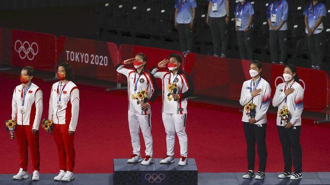 Greysia Polii/Apriyani menangis bahagia di atas podium usai memastikan medali emas pertama buat Indonesia dari sektor ganda putri di Olimpiade Tokyo 2020.