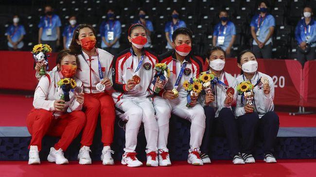 BWF sempat salah mengunggah foto beserta caption usai Greysia Polii/Apriyani Rahayu mengalahkan Chen Qing Chen/Jia Yi Fan pada final Olimpiade Tokyo 2020.