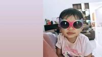 <p>Tahun ini genap berusia dua tahun, tingkah La Lembah Manah memang bikin gemas nih. Tengok saja potretnya ketika memakai kacamata yang lebih besar dari wajah mungilnya. (Foto: Instagram @janethes.galeri)</p>