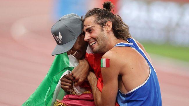 Atlet Qatar Mutaz Barshim dan Gianmarco Tamberi dari Italia berbagi medali emas nomor lompat tinggi putra Olimpiade Tokyo.