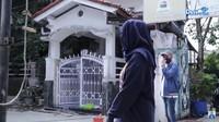 <p>Setelah melewati gang, sampailah Desy di rumah orang tuanya, Bunda. Rumah masa kecil Desy memiliki pagar putih yang masih sama seperti dahulu. (Foto: YouTube Desy Ratnasari)</p>