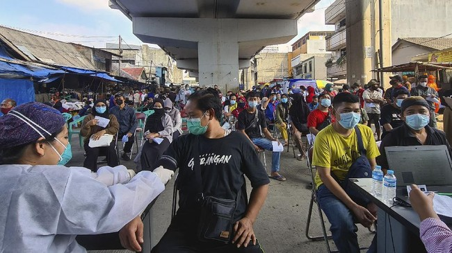 FOTO: Vaksinasi Covid-19 Jakarta Lampaui Target