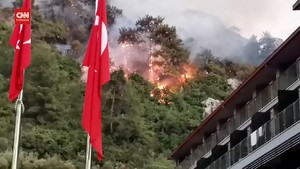 VIDEO: Kebakaran Dekati Hotel di Turki, Turis Dievakuasi
