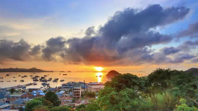 Hampir semua sudut di Labuan Bajo menawarkan keindahan tersendiri. Dan Puncak Waringin disebut warga sebagai spot sunset terbaik di sana.