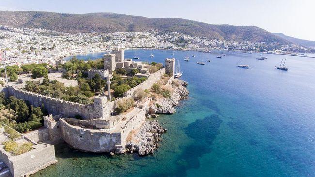 Mugla ialah salah satu kota di Turki yang menawarkan wisata bahari. Kota ini juga sering didatangi wisatawan yang sedang berbulan madu.
