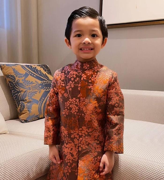 Arsya Hermansyah adalah adik laki-laki Aurel Hermansyah dari pernikahan Anang dan Ashanty. Saat ini, Arsya Hermansyah berusia 5 tahun. Arsya memiliki wajah yang imut dan ganteng. (Foto keluarga artis Aurel Hermansyah/Instagram.com/arsya.hermansyah)