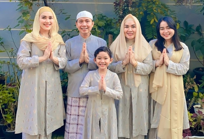 Belakangan ini heboh kabar petisi blacklist dari TV terhadap pedangdut kenamaan Ayu Ting Ting. Berikut simak foto keluarga artis Ayu Ting Ting. (Foto keluarga artis Ayu Ting Ting/ sumber: instagram.com/ayutingting92)