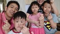 <p>Sandiani Arief mengunggah potret anak-anaknya yang sedang menyaksikan pertandingan sang ayah di televisi. Ia berterimakasih kepada Hendra karena sudah berusaha sekuat tenaga meraih medali. (Foto: Instagram @hendrasansan)</p>
