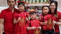 <p>Kali ini ada potret Hendra dan Sansan yang tengah merayakan Tahun Baru Imlek. Mereka tampil kompak mengenakan baju tradisional Tionghoa berwarna merah. Semoga sehat selalu Ayah Hendra dan keluarga! (Foto: Instagram @hendrasansan)</p>
