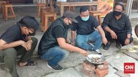 Pedagang di Cilegon Rebus Batu Gara-gara PPKM Diperpanjang