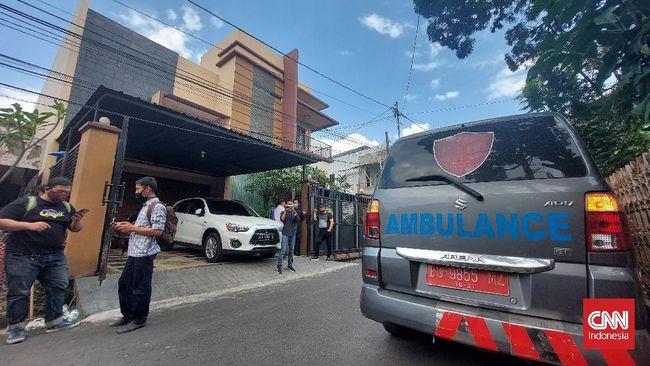 Petugas Dinkes Sumsel menyambangi rumah anak bungsu Akidi Tio, Heriyanty sore ini, Selasa (3/8). Kedatangan petugas Dinkes didampingi penyidik Polda Sulsel.